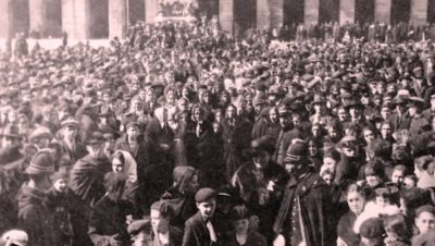 A compostelá Praza do Obradoiro o 25 de xullo de 1920 nunha imaxe de Ksado que o editor Henrique Alvarellos publica nun seu artigo para La Voz de Galicia