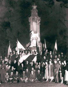 24 de xullo de 1933. Diante da estatua de Rosalía na Alameda de Compostela. Entre outros nacionalistas: Bóveda, Peinador, Paz Andrade, Suárez Picallo, Plácido Castro, Ramón Piñeiro, Camilo Díaz, Víctor Casas...
